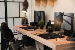 Modieus werkplaatsbinnenland met computers royalty-vrije stock foto