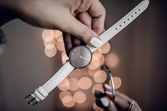 Modieus wit horloge met zilveren armband stock foto's