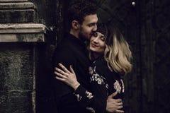 Modieus zigeunerpaar in liefde het kussen in de straat van de avondstad bij o stock fotografie