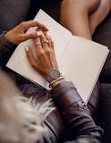 Modieus zilveren horloge op vrouwenhand royalty-vrije stock afbeeldingen