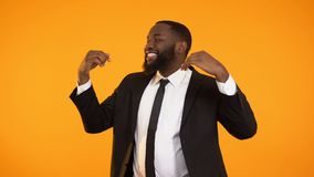 Modieus zwart zakenman het dansen het vieren succesvol opstarten die toelage ontvangen stock video