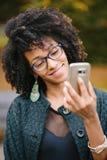 Modieus zwarte die selfie met smartphone in de herfst nemen royalty-vrije stock afbeelding