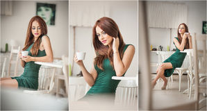 Modieuze aantrekkelijke jonge vrouw in groene kledingszitting in restaurant Mooi roodharige in elegant landschap met een kop van  Royalty-vrije Stock Foto's