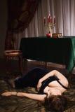 Modieuze aantrekkelijke vrouwen die op de vloer liggen Stock Foto's