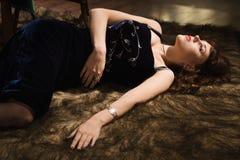 Modieuze aantrekkelijke vrouwen die op de vloer liggen Royalty-vrije Stock Fotografie