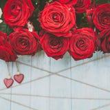 Modieuze achtergrond op het thema van liefde, rode rozen, houten harten en streng, ruimte voor tekst, royalty-vrije stock afbeelding
