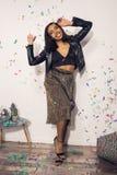 modieuze Afrikaanse Amerikaanse vrouw die pret hebben royalty-vrije stock afbeelding