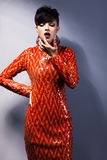 Modieuze arrogante vrouw in rode kleding. De stijl van de manier stock afbeelding