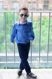 Modieuze babyjongen met donker haar in blauw overhemd en in gezongen in Royalty-vrije Stock Foto's