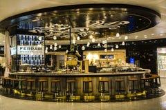 Modieuze bar FERRARI in met vrijstelling van rechten zona in de luchthaven van Milaan stock fotografie
