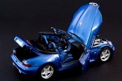 Modieuze blauwe covertible open tweepersoonsauto Stock Afbeeldingen