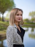 Modieuze blonde vrouw royalty-vrije stock afbeelding
