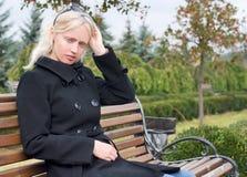 Modieuze blonde vrouw openlucht Stock Afbeeldingen