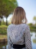 Modieuze blondevrouw in een zwarte royalty-vrije stock afbeeldingen