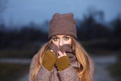 Modieuze blondevrouw in in stedelijk outwear stellend koud weer bospark Uitstekende filterfilm verzadigde kleur Conce van de dali royalty-vrije stock fotografie