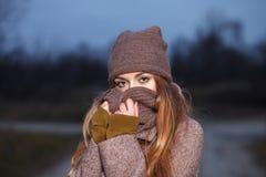 Modieuze blondevrouw in in stedelijk outwear stellend koud weer bospark Uitstekende filterfilm verzadigde kleur Conce van de dali royalty-vrije stock foto