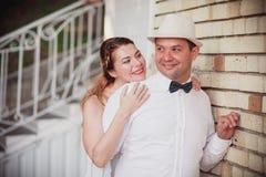 Modieuze bruid en bruidegom Stock Fotografie