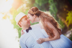 Modieuze bruid en bruidegom Stock Afbeelding