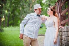 Modieuze bruid en bruidegom Royalty-vrije Stock Foto's
