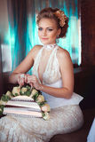 Modieuze bruid met rozen stock foto