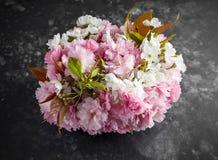 Modieuze bruids bouqet van tedere witte en roze sakurabloemen stock afbeeldingen