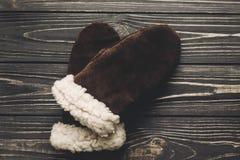 Modieuze bruine handschoenen op rustieke houten hoogste mening als achtergrond met s royalty-vrije stock afbeeldingen