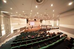 Modieuze conferentie in conferentieruimte stock afbeeldingen