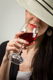 Modieuze dame met rode wijnstok Stock Fotografie