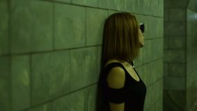Modieuze Dame in zonnebril die voor de camera in de onderdoorgang stellen stock footage