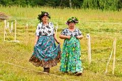 Modieuze dames van het dorp Volkskostuums hooien stock fotografie