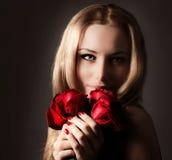 Modieuze de rozenbloem van de vrouwenholding Stock Foto's
