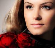 Modieuze de rozenbloem van de vrouwenholding Stock Afbeeldingen