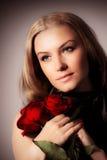 Modieuze de rozenbloem van de vrouwenholding Royalty-vrije Stock Afbeelding