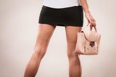 Modieuze de zakhandtas van de meisjesholding Stock Foto's