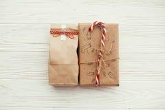 Modieuze eenvoudige Kerstmis stelt met rood lint en suikergoedriet voor stock fotografie