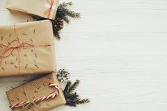 Modieuze eenvoudige Kerstmis stelt met rood lint, suikergoedriet, p voor royalty-vrije stock afbeeldingen