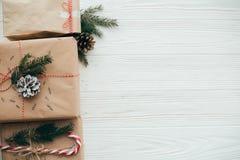 Modieuze eenvoudige Kerstmis stelt met rood lint, suikergoedriet, p voor royalty-vrije stock foto