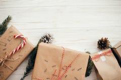 Modieuze eenvoudige Kerstmis stelt met rood lint, suikergoedriet, p voor stock foto's