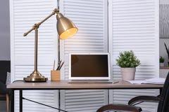 Modieuze en comfortabele werkplaats met moderne laptop royalty-vrije stock fotografie