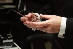 Modieuze glazen in de man handen Stock Afbeeldingen