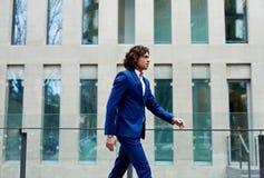 Modieuze, goed-geklede mens die door aan het werk lopen royalty-vrije stock foto