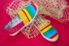 Modieuze, heldere, gemakkelijke sportenschoenen (gymschoenen) Stock Foto