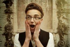 Modieuze hipstermens die en verraste, grappige emotie beeing lachen royalty-vrije stock foto