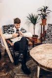 Modieuze hipstermens met fotocamera het ontspannen in koffie kerel met Royalty-vrije Stock Afbeeldingen