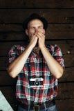 Modieuze hipsterreiziger het spelen harmonika bij zonnig meer in royalty-vrije stock fotografie