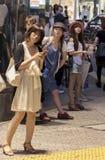 Modieuze Japanse Vrouwen die zich in de Straat bevinden Stock Afbeelding