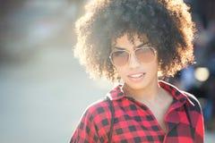 Modieuze jonge Afrikaanse Amerikaanse vrouw Royalty-vrije Stock Afbeelding