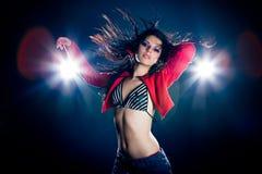 Modieuze jonge dansende vrouw Stock Foto's