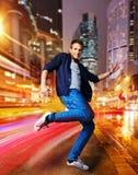 Modieuze jonge danser in een nachtstad Stock Afbeeldingen
