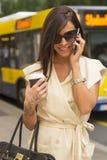 Modieuze jonge donkerbruine lach in telefoon Royalty-vrije Stock Fotografie